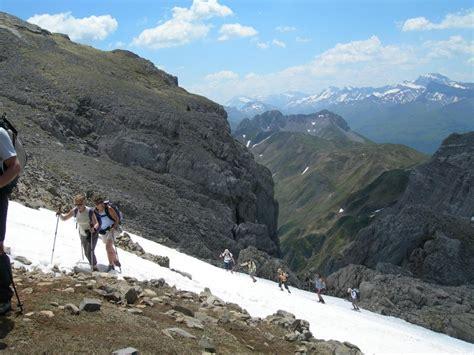cirque de lescun randonn 233 es montagne dans le pays basque et les pyr 233 n 233 es occidentales