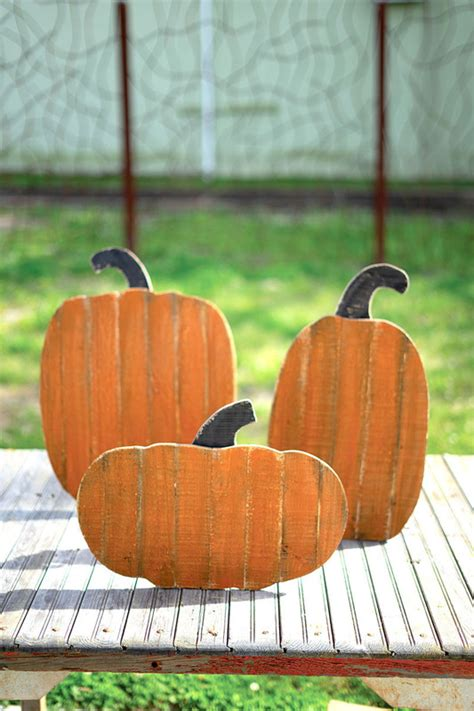 set   wood pumpkins  stands