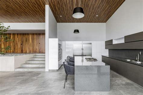 lambris plafond cuisine lambris bois plafond moderne dans une maison méxicaine