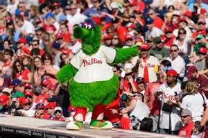 Phillie Phinatic does an Irish jig with umpire (Video ...