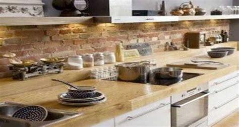 cuisine ancienne repeinte un mur en brique c 39 est stylé en déco de cuisine