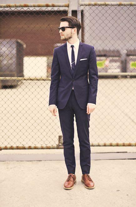 blauer anzug schwarze krawatte dunkelblauer anzug zu braunen business schuhen schicker slim fit anzug in dunkelblau zum