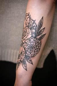 Tattoos Für Frauen Arm : blumen tattoo auf dem unterarm ohne dichte f llung tattoos pinterest tattoo and piercings ~ Frokenaadalensverden.com Haus und Dekorationen