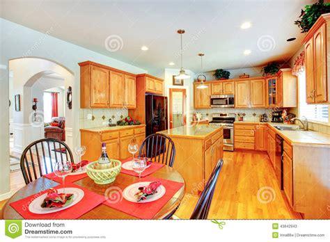 cuisine a la maison intérieur de pièce de cuisine dans la maison de luxe photo