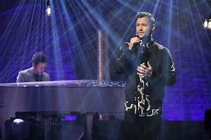 """Calum Scott Performs """"Dancing On My Own"""" On """"Late Night ..."""