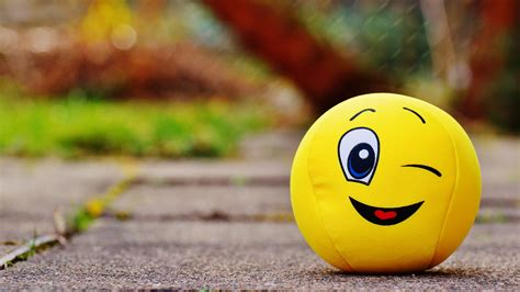 Download wallpaper 3840x2160 ball, smile, happy, toy 4k uhd 16:9 hd background