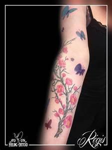 Tattoo Fleur De Cerisier : tatouage branche de cerisier et papillons avant bras en couleur tatouages tattoos papillons ~ Melissatoandfro.com Idées de Décoration