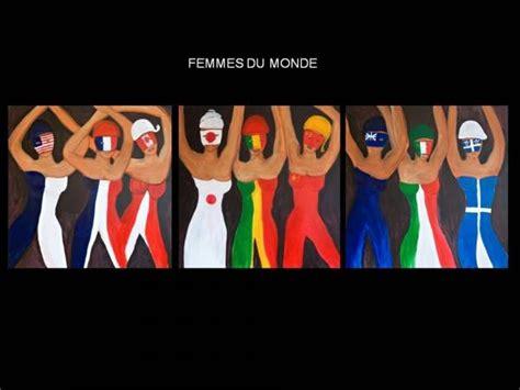 si鑒e du journal le monde drapeaux de table et femmes du monde