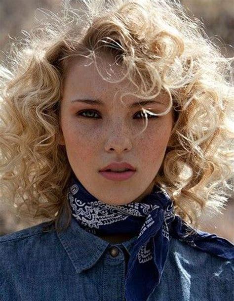 coupe cheveux boucles blonds automne hiver  cheveux