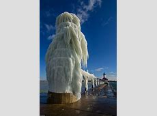 Lake Michigan lighthouse turned into icesculpture by