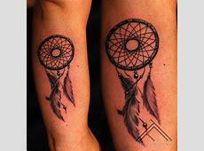 Tatuaje en el brazo, atrapasueños de tinta negra