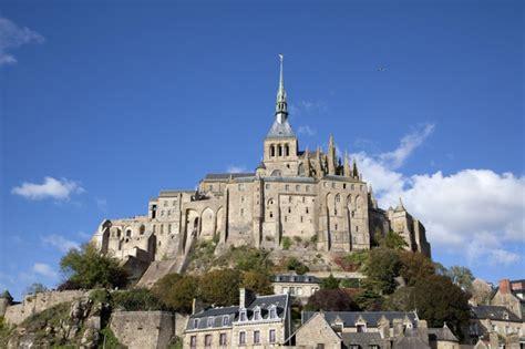 l abbaye du mont michel une merveille architecturale sur la route du mont michel