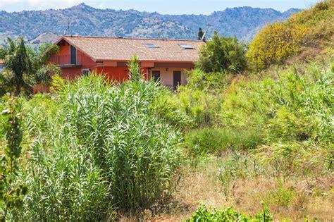 Haus Und überwucherter Garten In Stadt Giardini Naxos