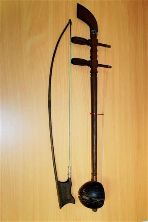 Bunyi yang dikeluarkan alat musik ini bisa diatur pada bagian yang disebut rautan / serutan. Alat Musik Tradisional Lintas Budaya - Situs Budaya Indonesia