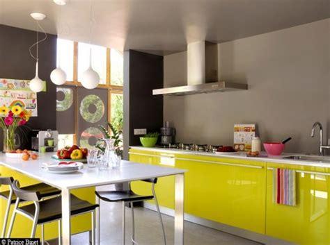 cuisine noir et jaune peinture murale cuisine jaune avec decoration cuisine bleu