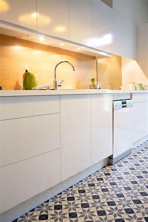 carreaux de cuisine cuisine blanche crédence jaune et carreaux de ciment
