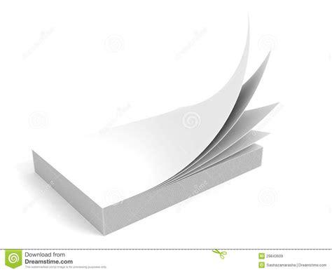 le de bureau à pile pile de papier blanc de bureau sur le fond blanc