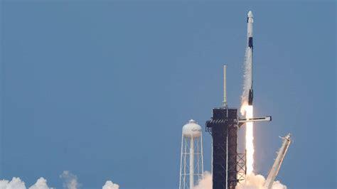 dragon soars  successful nasa spacex launch abc news