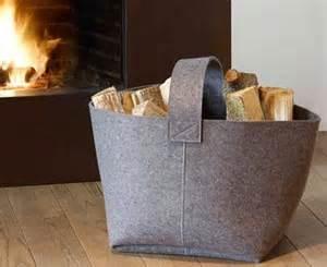 stylische wohnzimmer accessoires für brennholz körbe regale und brennholz wagen living at home