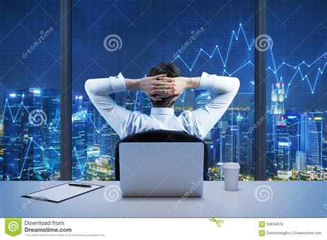arri鑽e plan du bureau vue arrière de l 39 homme d 39 affaires s 39 asseyant qui regarde la ville du bureau panoramique moderne vue de soirée de york photo stock image