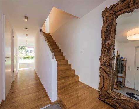 Geschlossene Eichentreppe Mit Stauraum Unter Der Treppe