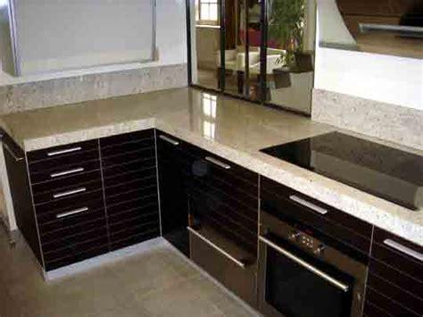plaque marbre cuisine large espace de plan de travail près dela plaque de
