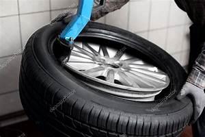 Changement Pneu Voiture : m canicien changement de pneu photographie baranq 25783113 ~ Medecine-chirurgie-esthetiques.com Avis de Voitures