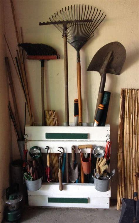 rangement outils jardin rangement jardin des id 233 es pratiques pour un joli jardin