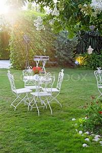 Weisser Tisch Und Stühle : wei er tisch und st hle im garten stockfoto colourbox ~ Markanthonyermac.com Haus und Dekorationen