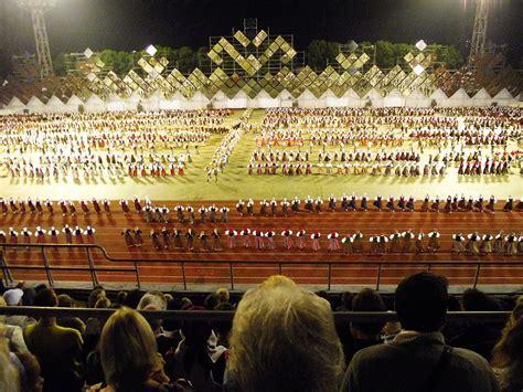 Dziesmu svētki 2013 - Stelpe lepojas ar saviem dejotājiem ...
