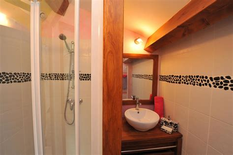 salle de bain de la chambre d hôte romantique avec frise