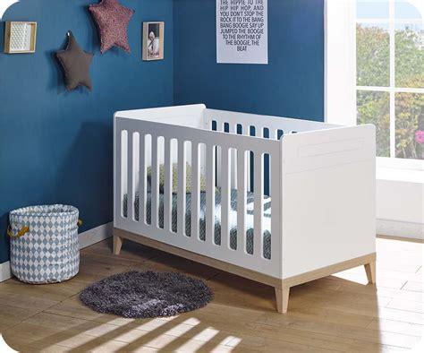 chambre bebe bois blanc lit bébé évolutif riga blanc et bois avec matelas bébé