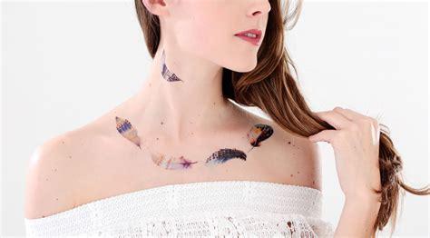 tattoo plume aquarelle tachetee bleu jaune