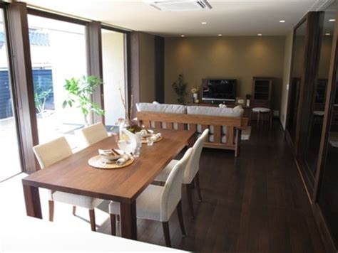 live edge dining room table ダーク色の床にウォールナット無垢材の家具でコーディネートした実例です bigjoy walnut