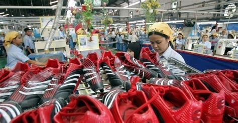 business news buruh pabrik sepatu nike  adidas  cina
