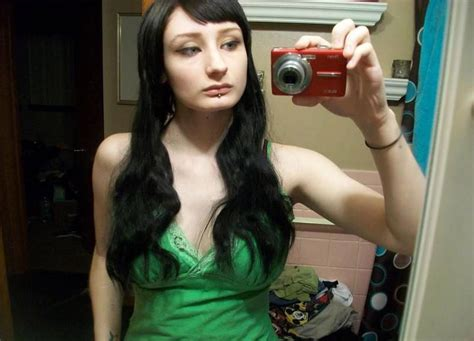 ᐅ Sexy Emo Showing Her Tits