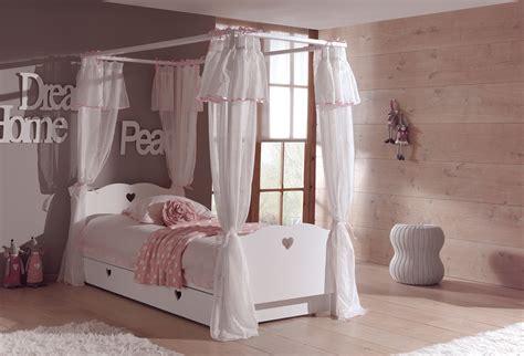 chambre avec lit baldaquin lit baldaquin enfant so romantique de la chambre emilie
