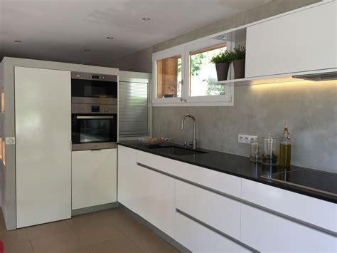 cuisine grise avec plan de travail noir cuisine blanc avec plan de travail noir cuisine idées de décoration de maison p7nljo6dx1