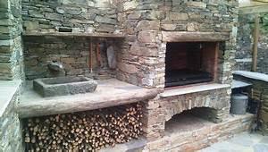 avaloir metallique sur barbecue en briques et foyer With construire un foyer exterieur en pierre