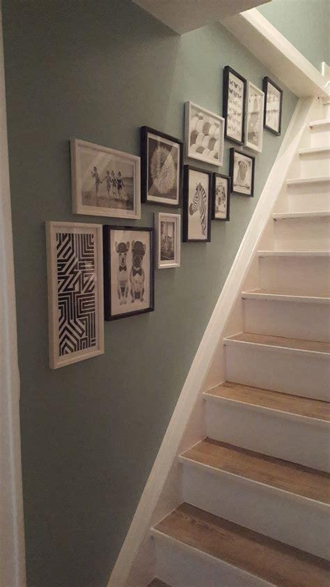 decoration escalier blanc bois mur de cadre vert de gris