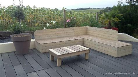 canapé de jardin en palette banquette de jardin en bois de récupération et sa table