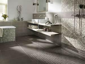 Bad Fliesen Gestaltung : grenzenloses duschvergn gen mit einer bodenebenen dusche ~ Markanthonyermac.com Haus und Dekorationen
