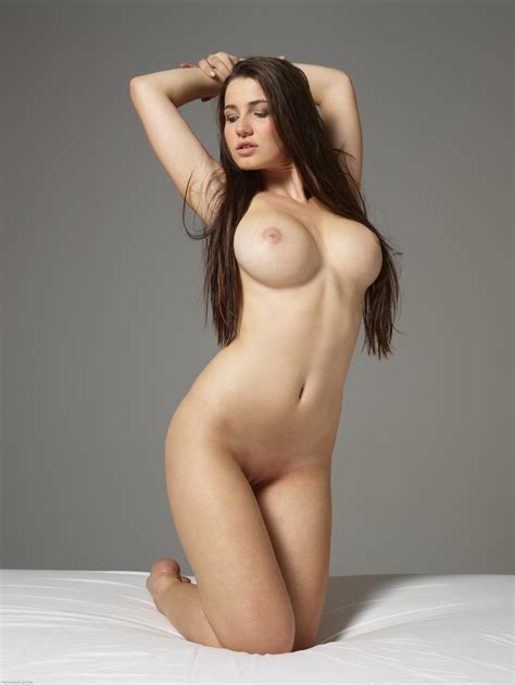 Redhead Yara Shows Off Perfect Body Shapes