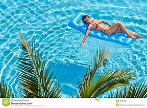 Bain De Soleil Gonflable : la femme la prend un bain de soleil sur le matelas ~ Premium-room.com Idées de Décoration