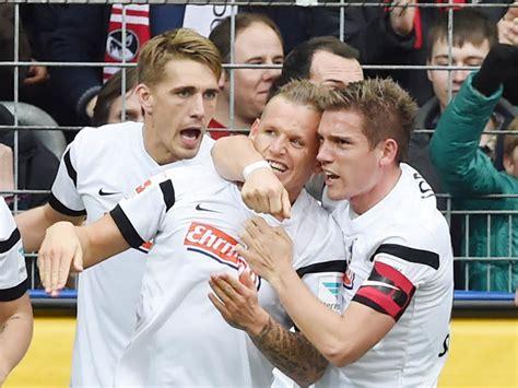 Mit dem 1:1 verpasste das team von christian streich den sprung auf platz eins der tabelle. Der SC Freiburg schlägt den FC Augsburg 2:0 - SC Freiburg ...