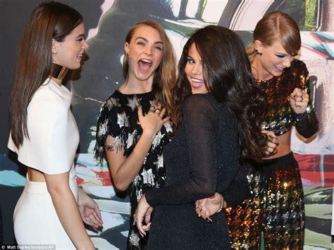 Taylor Swift arrives at VMA 2015 with Selena Gomez, Gigi