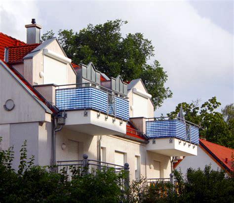 sichtschutz balkon stoff sichtschutz f 252 r meinen balkon aus bambus stoff holz oder edelstahl