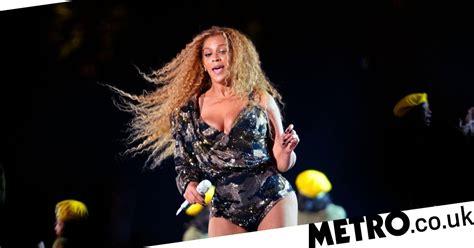 Beyonce Suffers Wardrobe Malfunction At Coachella Doesnt