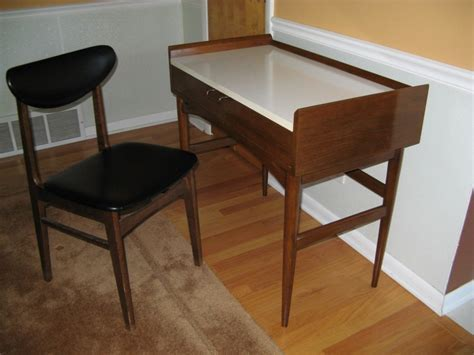 Extensive Modern Desk For Small Space With White Marble