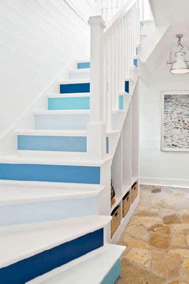 meuble de cuisine repeint escalier peint en bleu rangement sous escalier blanc